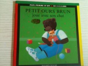 """Afficher """"Petit Ours Brun Petit Ours Brun joue avec son chat"""""""